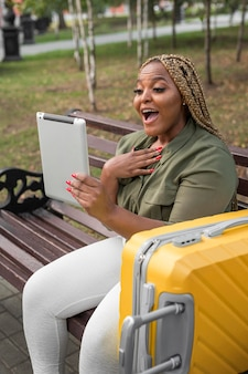 Mulher chocada conversando com uma amiga em seu tablet