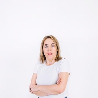 Mulher chocada olhando a câmera