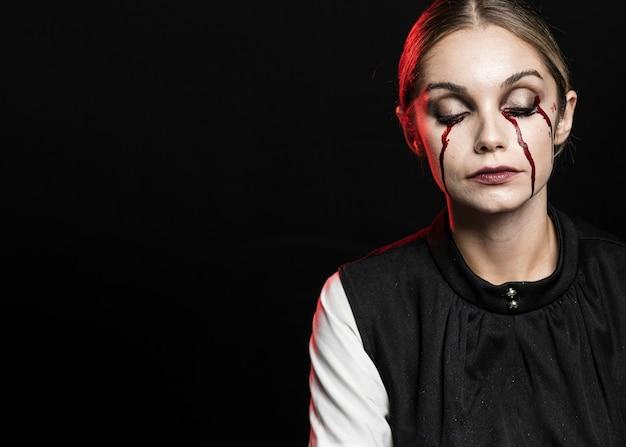 Mulher, chorando, com, falso, sangue