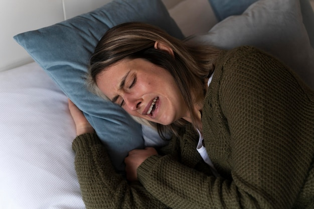 Mulher chorando na cama depois de uma briga