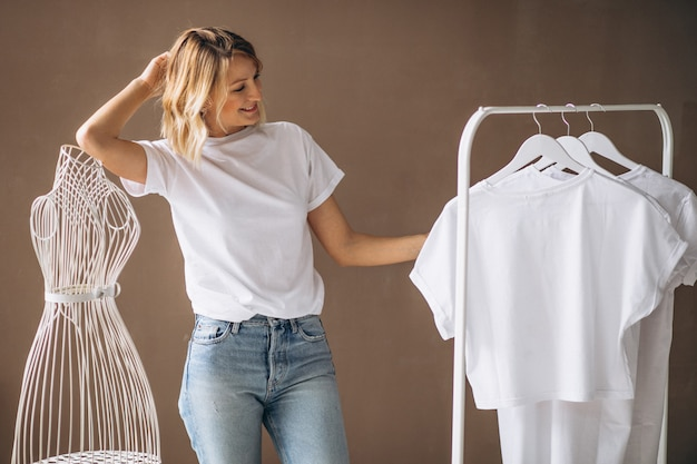 Mulher, chosing, um, camisa branca