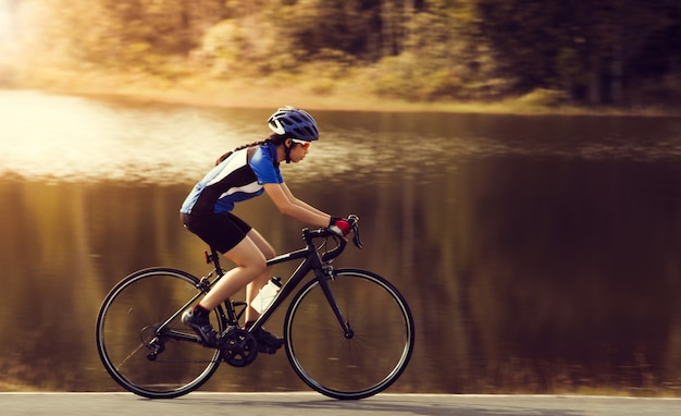 Mulher, ciclismo, estrada bicicleta, ao ar livre, exercício