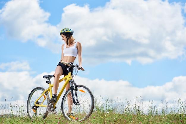 Mulher ciclista andando de bicicleta nas montanhas