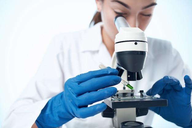 Mulher cientista bióloga pesquisa tecnologia de diagnóstico