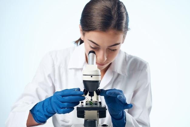 Mulher cientista, diagnóstico de pesquisa de laboratório