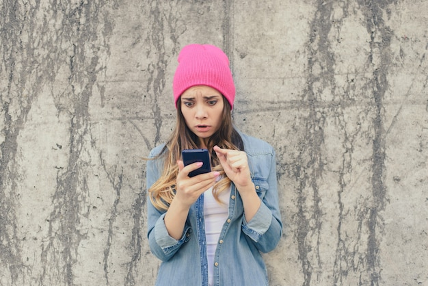 Mulher ciumenta triste surpresa infeliz lendo sms no celular do namorado.