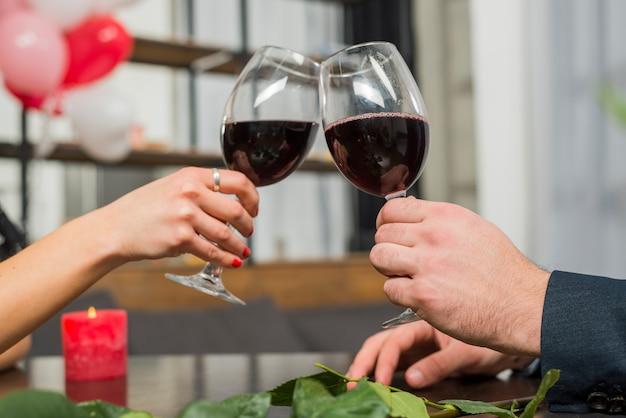 Mulher, clanging, copos vinho, com, homem, tabela