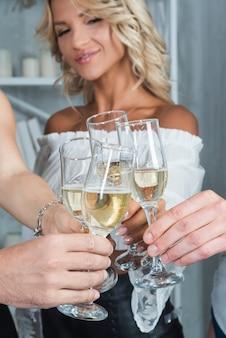 Mulher, clanging, vidro, de, champanhe