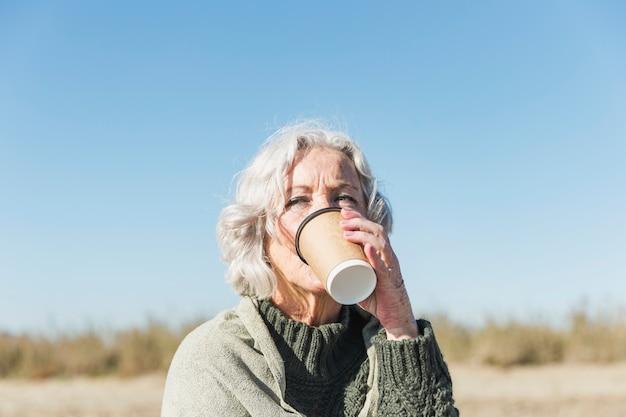 Mulher close-up, bebendo café