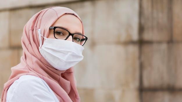 Mulher close-up, desgastar, máscara proteção