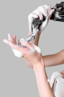 Mulher close-up, lavando cabelo