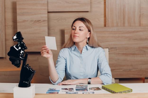 Mulher coaching com cartões oh psicologia de treinamento interno.