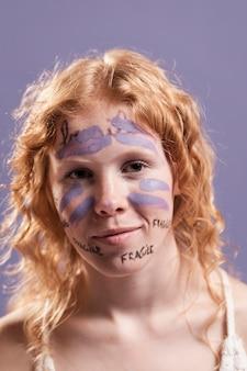 Mulher coberta de tinta e palavras como sinal de libertação