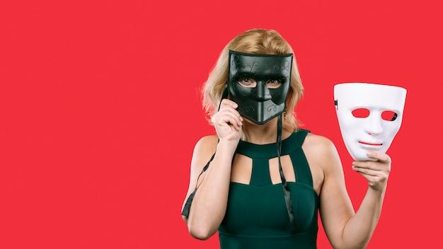 Mulher, cobertura, rosto, com, pretas, máscara