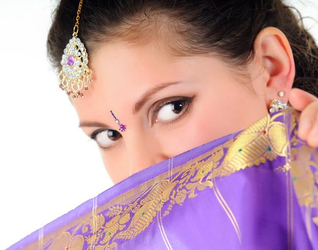 Mulher cobre o rosto do véu roxo