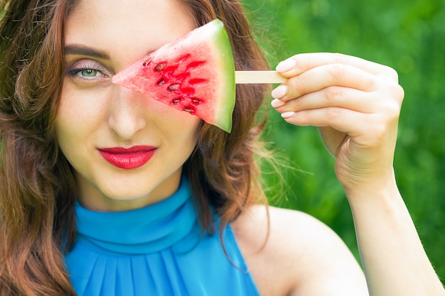 Mulher cobre os olhos com melancia