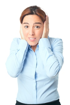 Mulher cobrindo as orelhas com as mãos