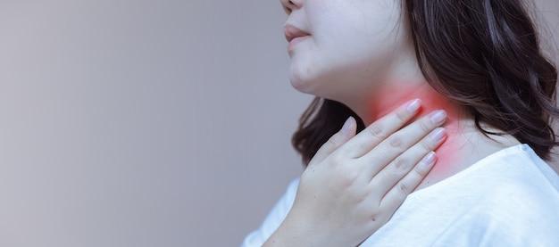 Mulher coçando o pescoço em suas mãos reação alérgica a picadas de insetos, dermatite, comida, drogas.