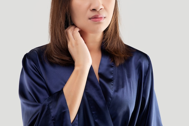 Mulher coçando o pescoço mulheres bonitas coçando e coçando à mão, closeup, cuidados de saúde e medicamentos - conceito de pessoas com problemas de pele