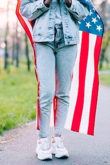 Mulher colheita, embrulhando, em, bandeira eua