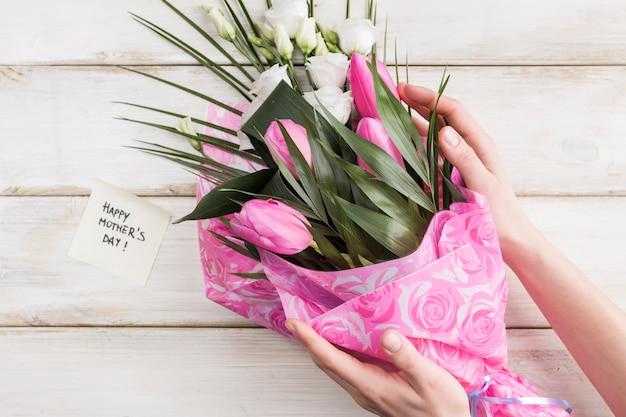 Mulher colheita, segurando, buquê flores