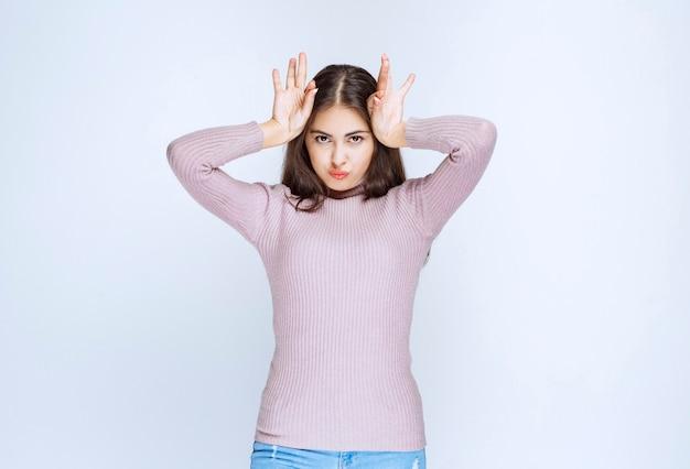 Mulher colocando as mãos na cabeça e parece confusa.