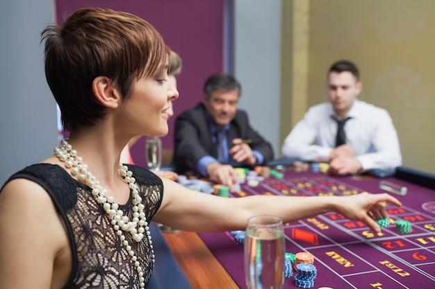 Mulher colocando uma aposta