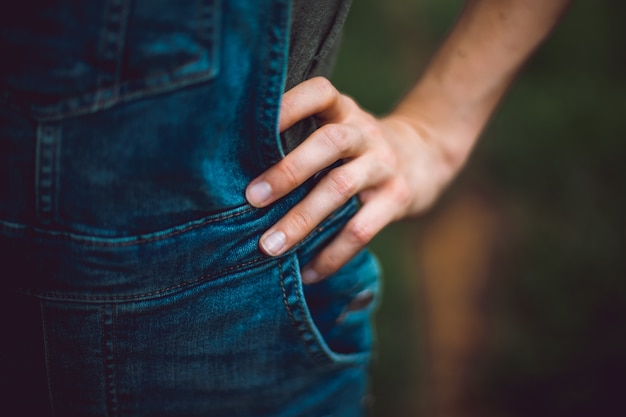 Mulher com a mão na cintura