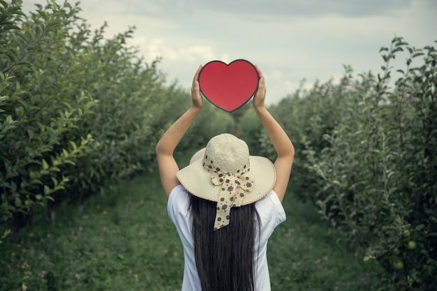 Mulher com a mão vermelha no campo