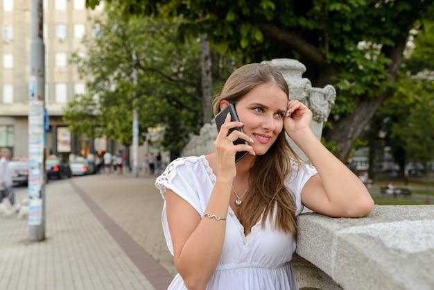 Mulher, com, a, smartphone, ao ar livre