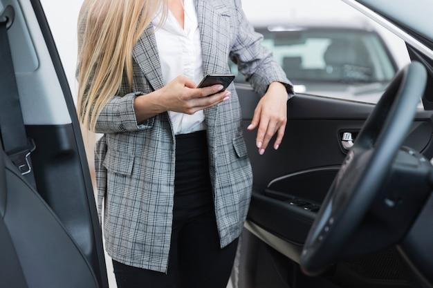 Mulher, com, abra porta carro