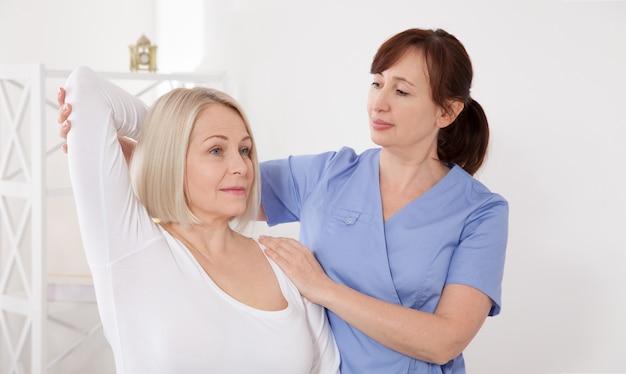 Mulher com ajuste nas costas quiropraxia