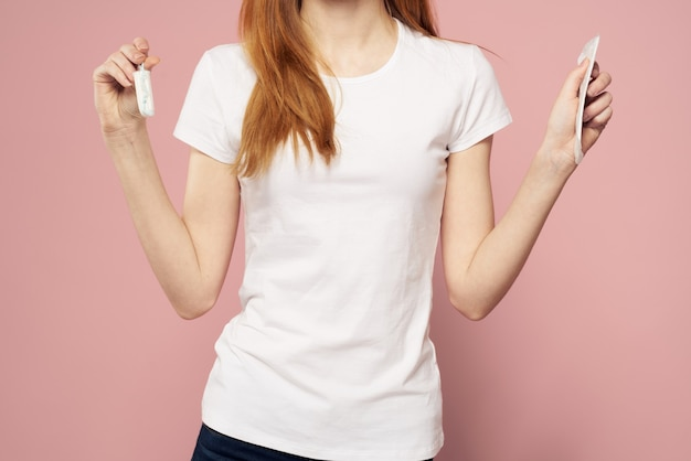 Mulher com almofada para menstruação isolada