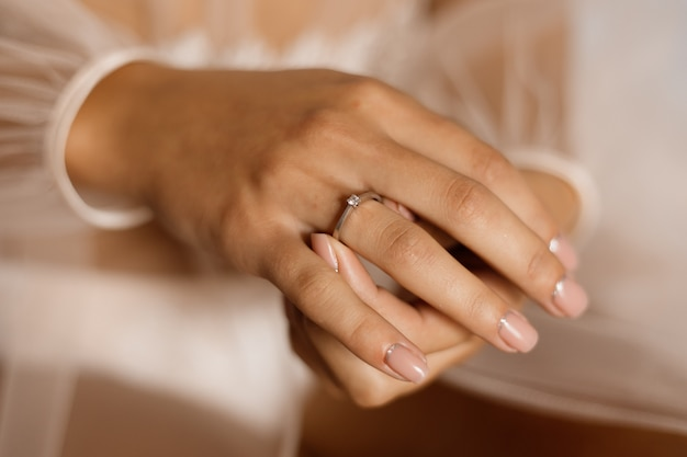 Mulher com anel de noivado com diamante e bela manicure