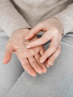 Mulher com anel na palma da mão