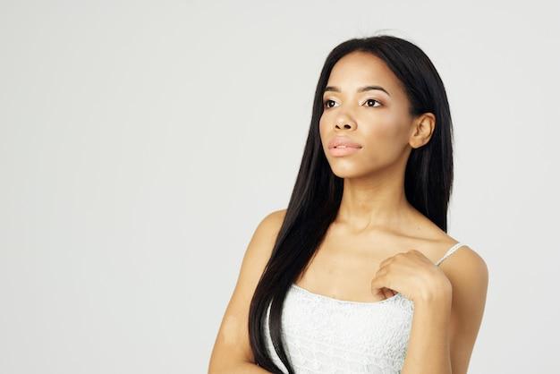 Mulher com aparência africana, moda, maquiagem, posando, rosto, closeup