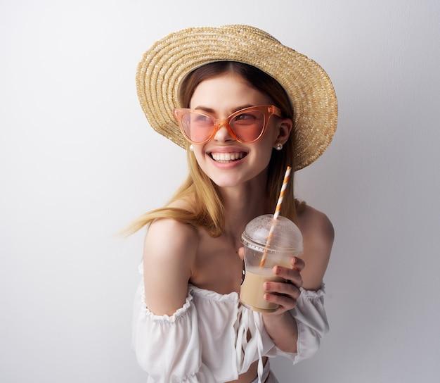Mulher com aparência atraente e chapéu claro de fundo