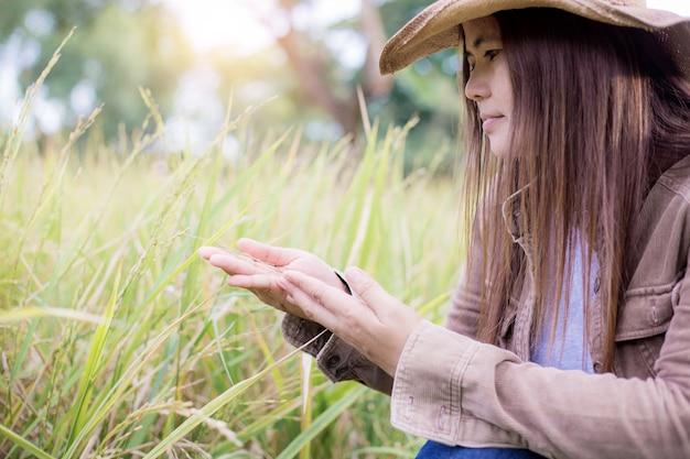 Mulher com arroz no campo.