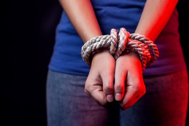 Mulher com as mãos amarradas. conceito de violência feminina