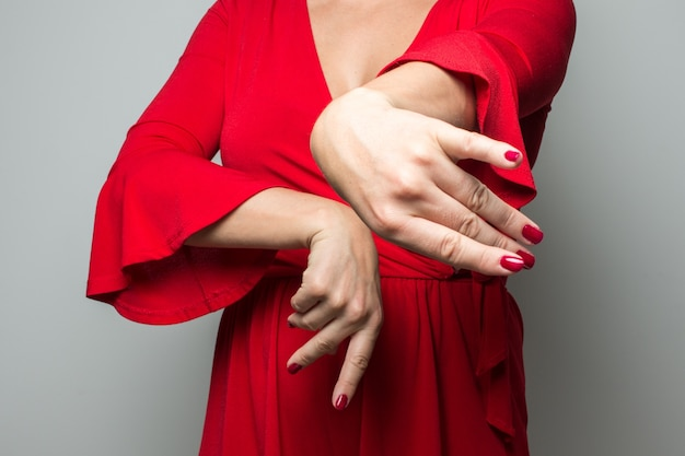 Mulher com as mãos dançando