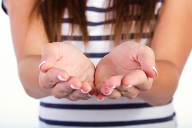 Mulher com as mãos em concha