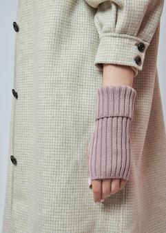 Mulher com as mãos em luvas de luvas de inverno quente.