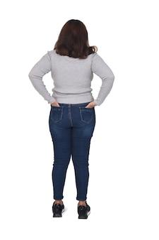 Mulher com as mãos nos bolsos traseiros da calça isolada no branco