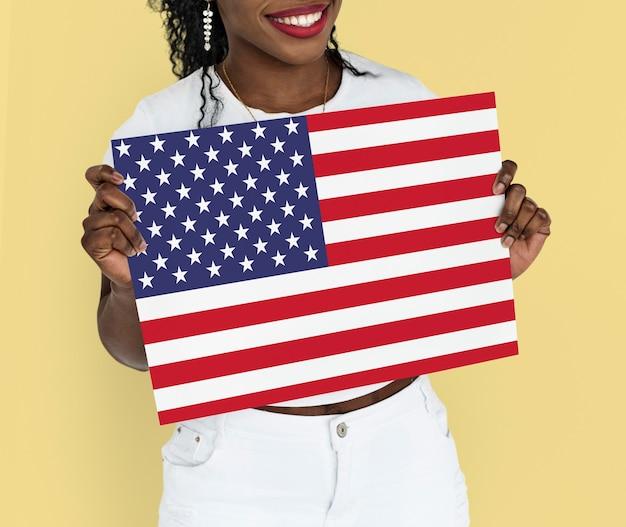 Mulher com as mãos segurando a bandeira americana patriotismo