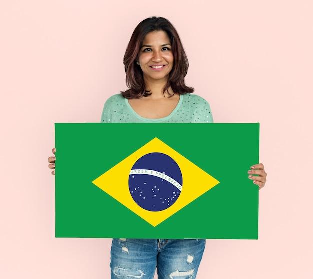 Mulher com as mãos segurando a bandeira do patriotismo do brasil