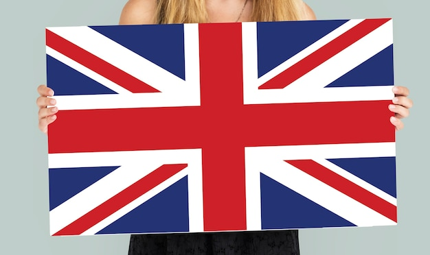 Mulher com as mãos segurando a bandeira do reino unido patriotismo