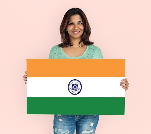 Mulher com as mãos segurando a bandeira indiana patriotismo