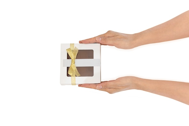 Mulher com as mãos segurando um presente ou uma caixa de presente no trajeto de recorte, vista superior, composição plana leiga