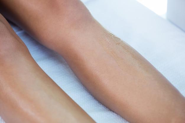 Mulher com as pernas enceradas