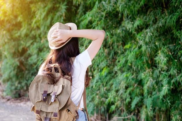 Mulher com bagpack na natureza